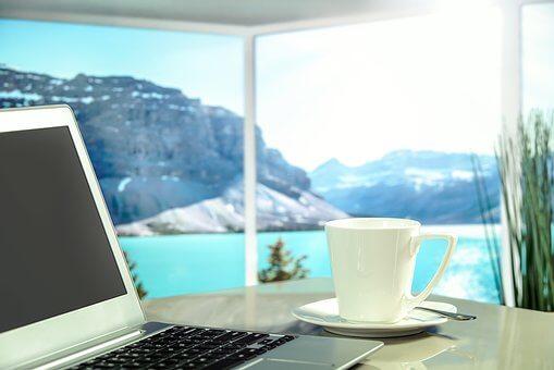 WLAN mit Laptop vor Lagune